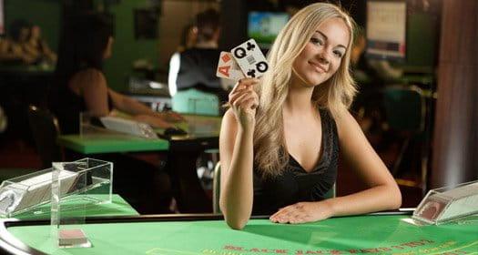 Live Blackjack-Tisch und ein Dealer von Evolution Gaming