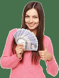 Eine Frau, die entscheidet, was sie mit ihrem Geld macht