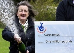 Carol Jones mit Eine-Million-Pfund-Scheck