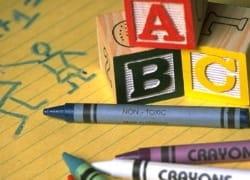 Blöcke und crayons auf papier