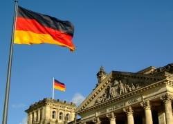 Deutsche Flagge auf dem Reichstag in Berlin