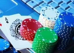 Karten und Chips auf einem Laptop