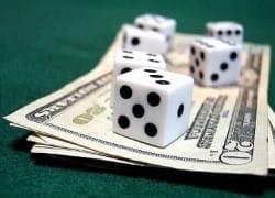 Würfel auf Geldscheinen