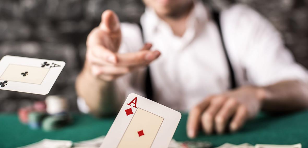 Enam kartu dan chip kasino